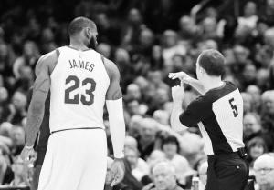 任记者 刘阳)NBA骑士队昨日迎战热火.詹姆斯职业生涯首次被驱逐图片