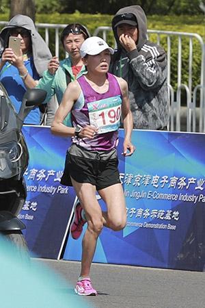 2017年4月29日,第13届全运会马拉松,王佳丽获女子专业组冠军。图/视觉中国