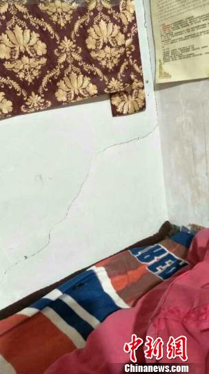图为房屋墙壁轻微开裂。青海省地震局供图