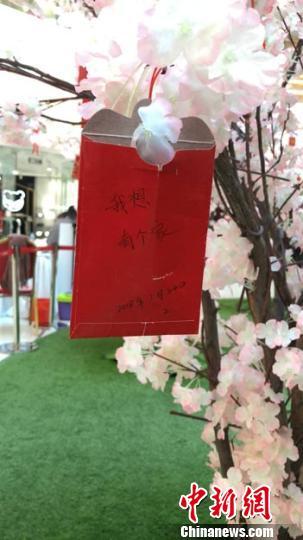 许多市民在红包上写下祝福 刘栋 摄