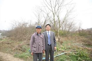 李晓方与他调查到的第一位南京大屠杀受害幸存者梅寿芳在一起。 本文图片均由 受访者提供