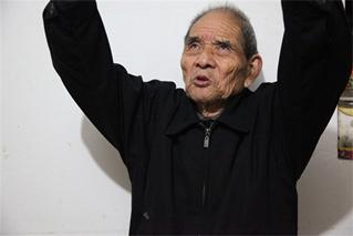李晓方拍摄的南京大屠杀幸存者贺孝和,讲到当年的遭遇,贺依然充满恐惧。