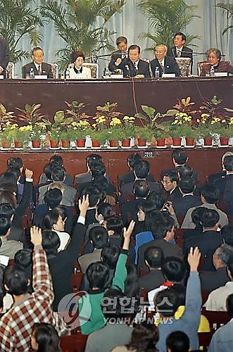 1998年,韩国前总统金大中在北京大学演讲。(图片来源:韩联社)