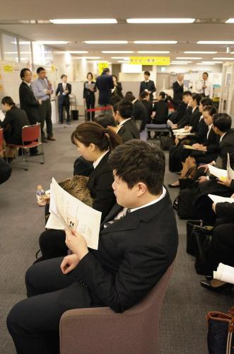 等待日本企业面试的中国留学生。(图:日本《中文导报》/尤锡川 摄)