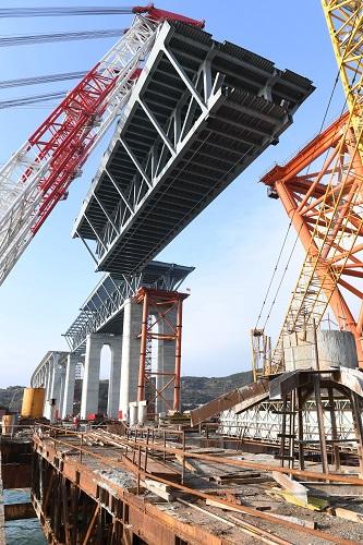 2018年1月22日平潭海峡公铁两用大桥首跨3400吨钢桁梁成功架设。新华社记者 林善传 摄