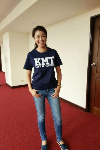 KMT帽T推出短袖版T恤,国民党民意代表许淑华示范穿着。图片来源:台湾《联合报》