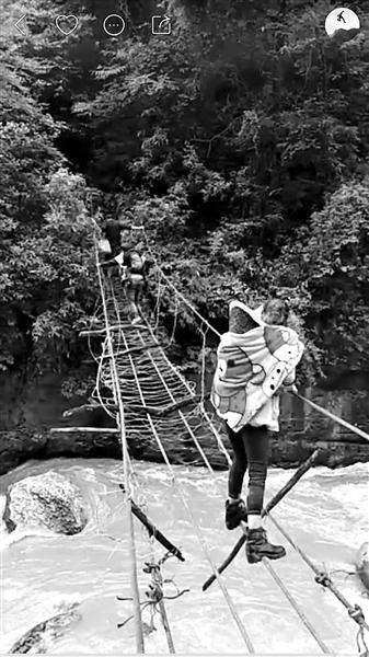 过吊桥也是山崖村直播中常见的情形