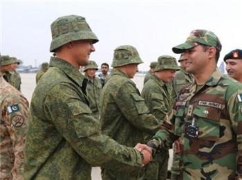 图为举行联合演习的俄罗斯与巴基斯坦军人会面