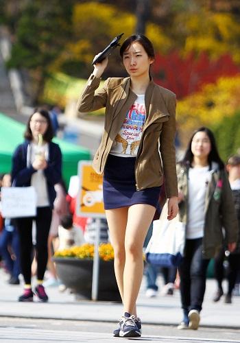 资料图片:2012年4月14日,在韩国首尔梨花女子大学,一名女孩走在校园里。新华社记者 姚琪琳 摄