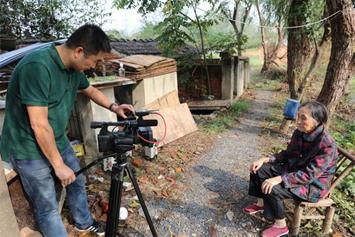李晓方在南京市农村采访受害者。