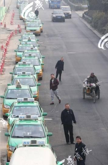 11月15日,西安西三环加气站,司机排队等候加气