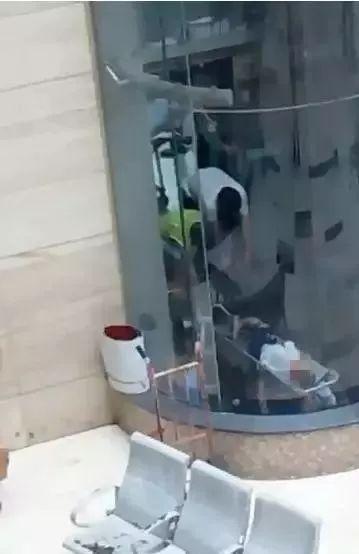 熊孩子一进电梯,就冲着按键尿尿!可怕的一幕