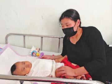 糖糖转入无菌病房,妈妈终于见到女儿 新文化特派上海记者 刘暄 摄