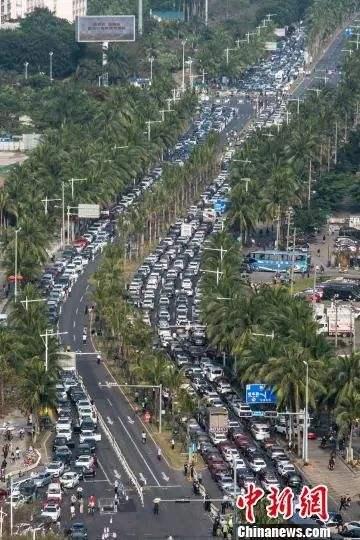 ↑图为海口市滨海大道大量车辆滞留。