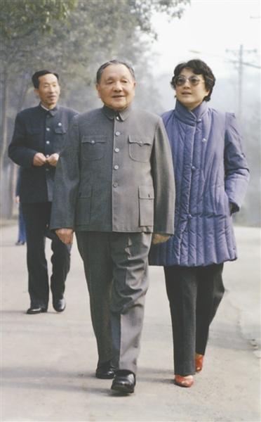 邓小平和女儿 唐正益摄