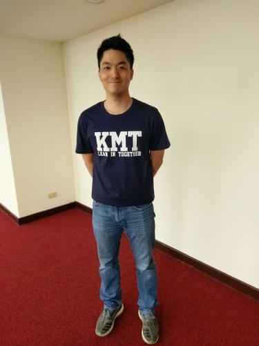 KMT帽T推出短袖版T恤,国民党民意代表蒋万安示范穿着。图片来源:台湾《联合报》