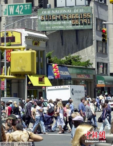 资料图:位于纽约时报广场附近的美国国债钟。