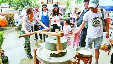游客在下姜村体验当地民俗。光明图片