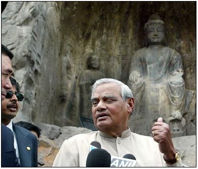 瓦杰帕伊参观洛阳龙门石窟。