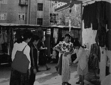 城市中露天的服装市场