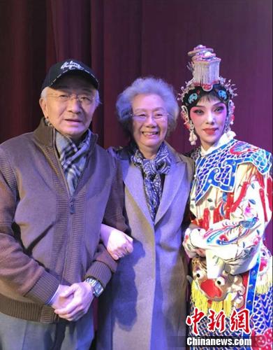 《霸王别姬》顺利演出,叶蓬(左)、艾美君(中)、刘岿然(右)合影。刘岿然供图
