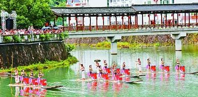 下姜村的水上歌舞表演。光明图片