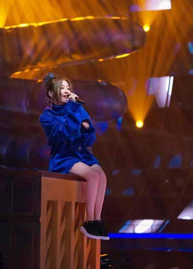 张靓颖节目中跳上钢琴跳舞 将现场变成音乐派对