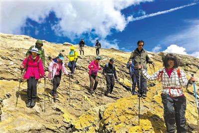 广东外语外贸大学附设外语学校的师生在艰险的环勃朗峰徒步路线上前行。