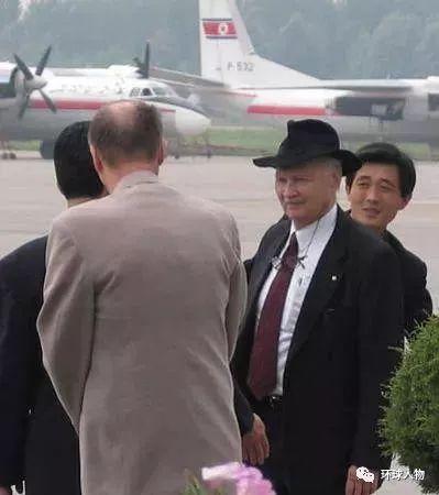 2004年,斯特朗(右二)抵达平壤
