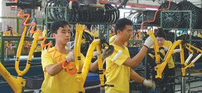 在飞鸽自行车工厂ofo小黄车生产线上,工人正在组装车辆。资料图片