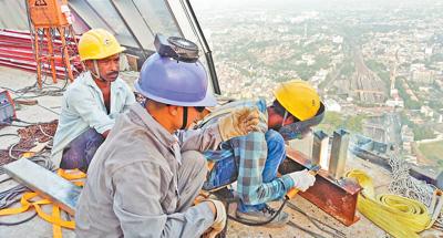 中国跟斯里兰卡工人在莲花塔旅行台上施工。