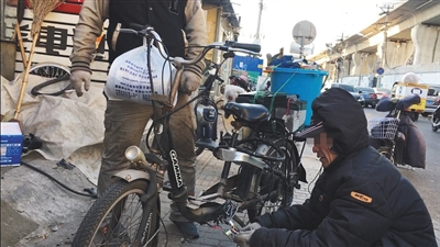 12月16日,左安路,一电动车维修店店员正在为电动车更换控制器。新京报记者 王嘉宁 摄