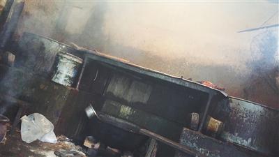 1月7日中午,河间市黎民居乡窦庄村一黑作坊内,摆放着两口大锅,高约两米,直径一米左右。黑作坊老板说,这一锅能煮800来斤。