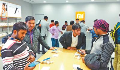 印度南德里第一家小米手机专卖店内消费者众多。本报记者 苑基荣摄