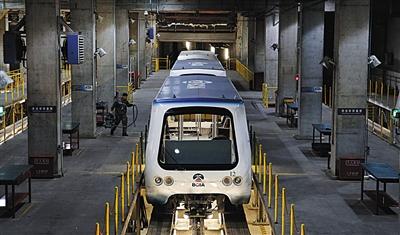 """2月7日,首都机场T3,博维公司工作人员对机场捷运设备即""""T3小火车""""进行维护检修。"""