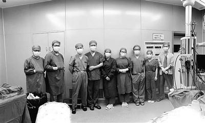 手術成功,精疲力竭的團隊合影。