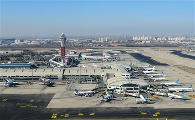 2月9日,首都机场T2的飞机。春运期间,机场飞机流量增大。