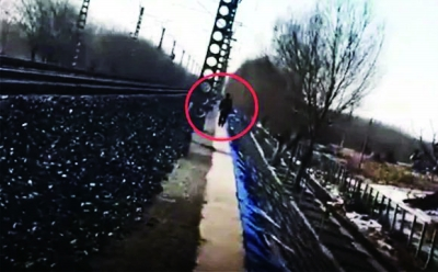 肇事逃逸者翻入铁路隔离网(视频截图)