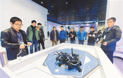 在浙江省首个机器人主题展馆机器人博展中心里,观众在观看智能机器人相互进行搏击。龙 巍摄(人民图片)