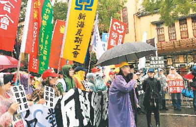 """图为劳工团体在台立法机构门前抗议,要求撤回""""劳基法""""草案。本报记者 柴逸扉 摄"""