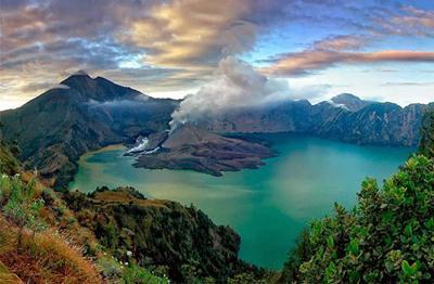 龙目岛林贾尼火山。(来源:中国驻印尼登巴萨总领馆网站)