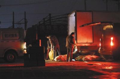 """2017年12月29日晚10时左右,一辆从河间装满""""驴肉""""的厢式货车行驶至北京南六环外一市场内停下,早已在此等候的三辆大面包车开始分装厢式货车内的""""驴肉""""。"""