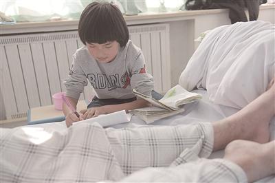 在医院不忘学习,月月渴望回到学校。