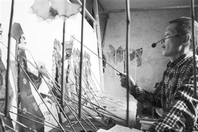 传承中国非物质文化遗产云梦皮影戏,被称为皮影父子兵。