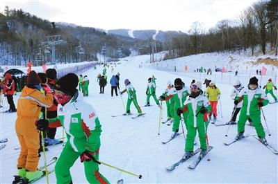 ▲2017年12月4日,哈尔滨,亚布力滑雪旅游度假区白雪皑皑,吸引了大批游客体验滑雪之乐。 资料图片/视觉中国