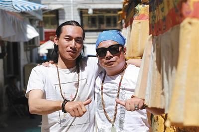 2017年9月,劉銀川(左)和書店老闆徐海自駕前往阿里地區。