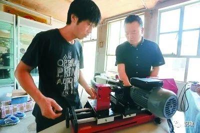 密云区农服中心工作人员为他讲解多功能佛珠机的操作方法(来自网络)