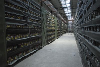 """2016年8月,四川甘孜一家比特币""""矿场""""。图/视觉中国"""
