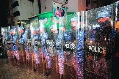 2月5日,在马尔代夫首都马累,警察在街头列阵警戒。