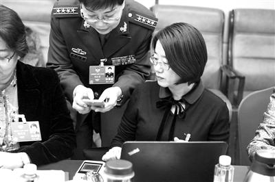 ①3月7日,工会界别的张恒珍委员(右)和钟正菊委员在讨论图片